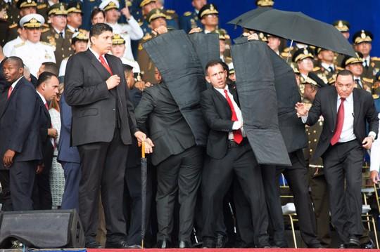 Cận cảnh vệ sĩ bung tấm chống đạn cứu ông Maduro thoát ám sát - Ảnh 3.