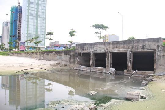 Nước thải bị xả trộm, chảy ồ ạt ra biển Đà Nẵng lúc đêm khuya - Ảnh 2.