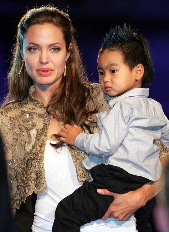 Maddox nhà Angelina Jolie đã tròn 17 tuổi, đẹp trai, lịch lãm - Ảnh 1.