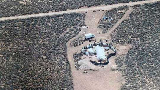 Mỹ: Phát hiện 11 trẻ em đói khát bị giam giữ trong sa mạc - Ảnh 1.