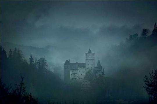 Bên trong lâu đài có thật của Bá tước Dracula - Ảnh 1.