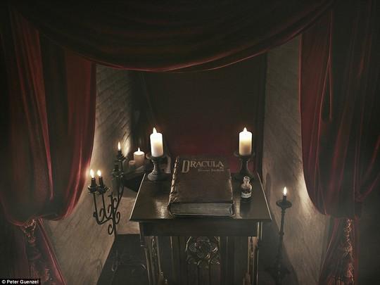Bên trong lâu đài có thật của Bá tước Dracula - Ảnh 2.