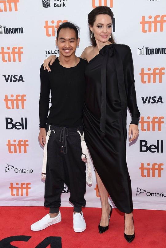 Maddox nhà Angelina Jolie đã tròn 17 tuổi, đẹp trai, lịch lãm - Ảnh 4.
