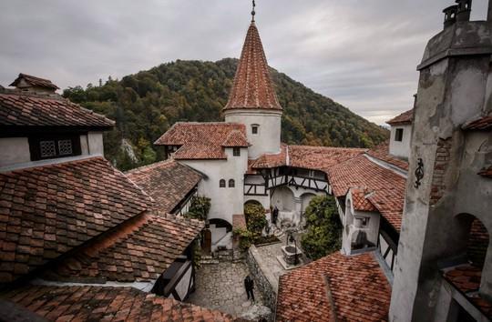 Bên trong lâu đài có thật của Bá tước Dracula - Ảnh 5.
