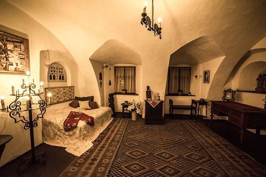 Bên trong lâu đài có thật của Bá tước Dracula - Ảnh 6.