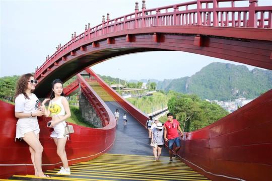 Du lịch Quảng Ninh tiến gần hơn đến ngôi vương - Ảnh 2.