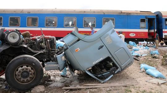 Tàu hỏa tông xe tải văng xa, đường sắt tê liệt - Ảnh 1.