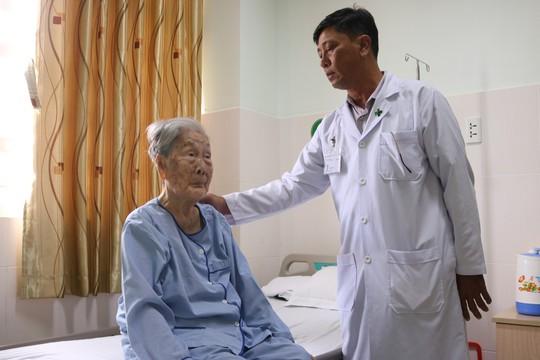 Điều trị thành công cho bà mẹ Việt Nam anh hùng 98 tuổi bị gãy xương đùi - Ảnh 1.