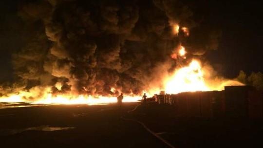 Lốc lửa xoáy lên tận trời trong đám cháy khủng khiếp - Ảnh 6.