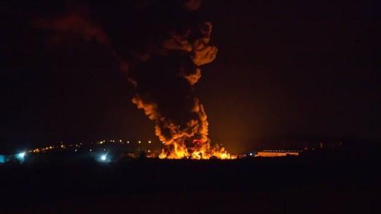 Lốc lửa xoáy lên tận trời trong đám cháy khủng khiếp - Ảnh 5.