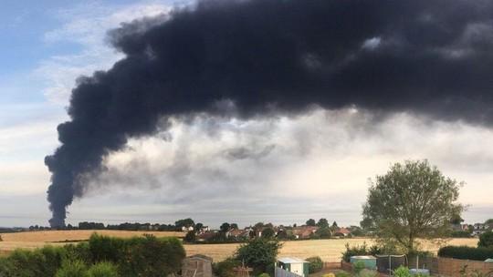Lốc lửa xoáy lên tận trời trong đám cháy khủng khiếp - Ảnh 3.
