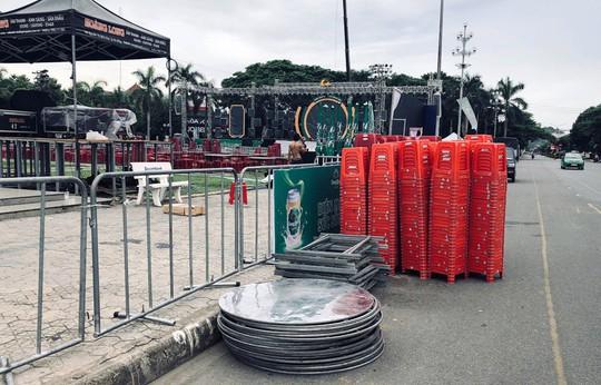 Dân bức xúc vì quảng trường tỉnh bị dựng hàng rào tổ chức sự kiện - Ảnh 2.