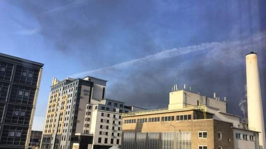 Lốc lửa xoáy lên tận trời trong đám cháy khủng khiếp - Ảnh 4.
