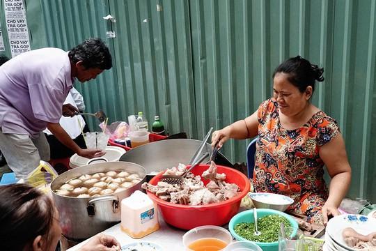 Quán bánh canh bán bò viên to như bóng tennis ở Sài Gòn - Ảnh 1.