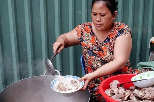 Quán bánh canh bán bò viên to như bóng tennis ở Sài Gòn - Ảnh 2.