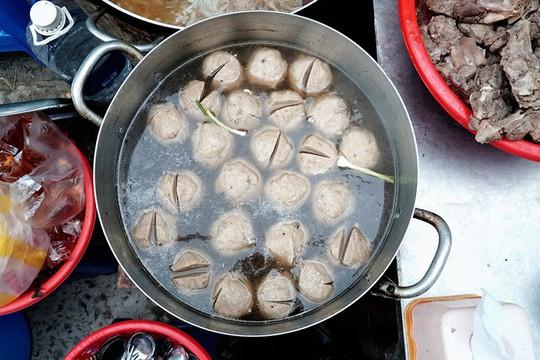 Quán bánh canh bán bò viên to như bóng tennis ở Sài Gòn - Ảnh 3.