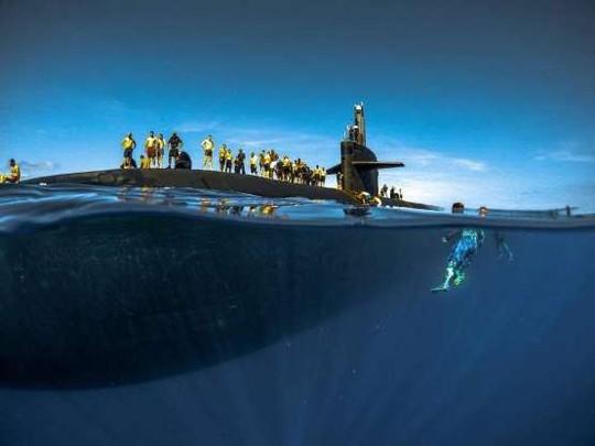 Choáng ngợp cảnh thủy thủ Mỹ bơi cạnh tàu ngầm hạt nhân - Ảnh 6.