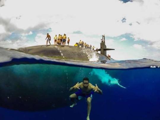 Choáng ngợp cảnh thủy thủ Mỹ bơi cạnh tàu ngầm hạt nhân - Ảnh 1.
