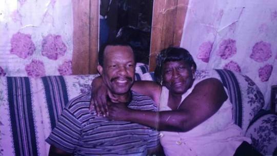 Chồng 98 tuổi mỗi ngày tản bộ gần 20 km tới trung tâm y tế thăm vợ - Ảnh 1.