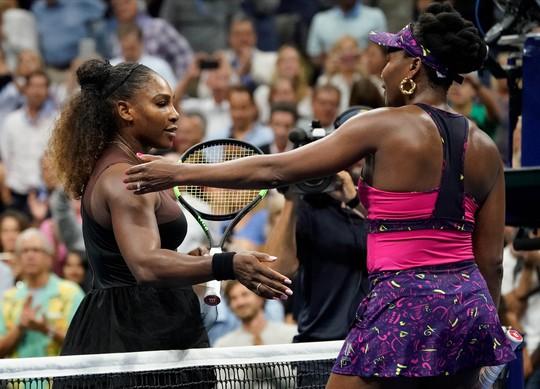 Clip: Serena Williams dễ dàng đánh bại chị gái, Nadal vất vả trước tài năng trẻ - Ảnh 1.