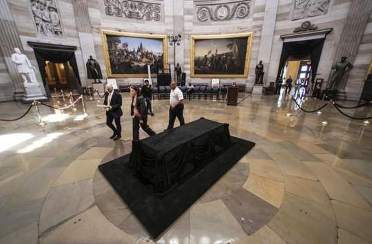 Ông Trump không tham gia các nghi lễ tưởng niệm ông McCain - Ảnh 9.