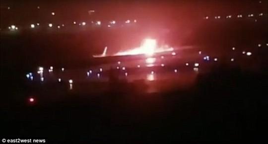 Nga: Máy bay trượt khỏi đường băng, bốc cháy dữ dội - Ảnh 2.