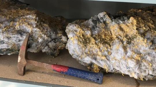 Phát hiện 2 tảng đá lẫn vàng trị giá 11 triệu USD - Ảnh 2.