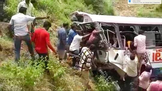 Xe buýt lao xuống vực, 65 người thương vong - Ảnh 1.