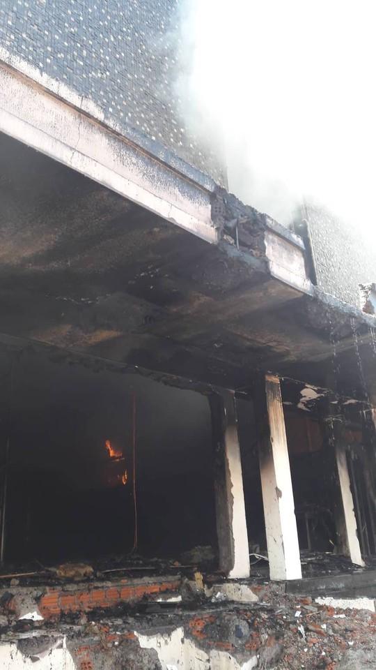 Cháy dữ dội tại ngôi nhà liên quan đến đất công sản dính vụ án Vũ nhôm - Ảnh 4.