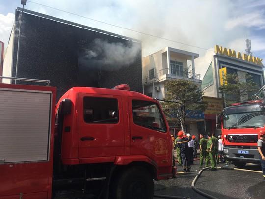 Cháy dữ dội tại ngôi nhà liên quan đến đất công sản dính vụ án Vũ nhôm - Ảnh 9.