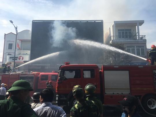 Cháy dữ dội tại ngôi nhà liên quan đến đất công sản dính vụ án Vũ nhôm - Ảnh 11.