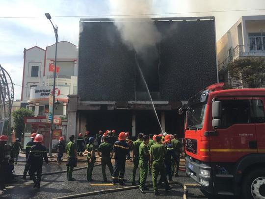 Cháy dữ dội tại ngôi nhà liên quan đến đất công sản dính vụ án Vũ nhôm - Ảnh 1.