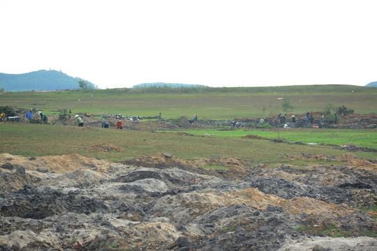 Đổ xô về Phú Yên tìm đá đen - Ảnh 1.
