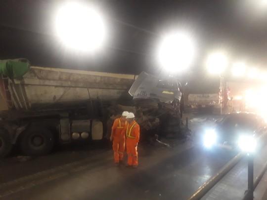 Xe đầu kéo và xe tải húc nhau trong hầm Hải Vân, 3 người bị thương - Ảnh 1.