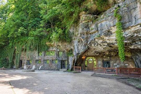 Choáng váng trước căn hộ nằm giữa lòng hang động - Ảnh 1.