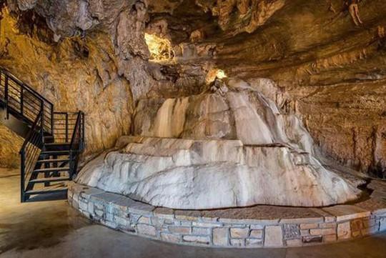 Choáng váng trước căn hộ nằm giữa lòng hang động - Ảnh 12.