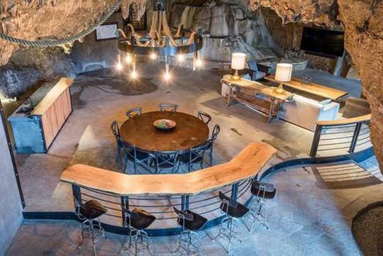 Choáng váng trước căn hộ nằm giữa lòng hang động - Ảnh 13.