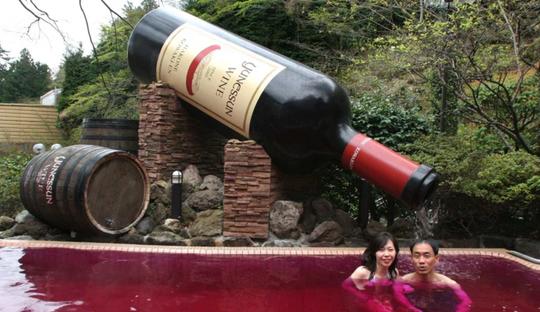 Spa Nhật cho khách tắm trong rượu vang, nước cam - Ảnh 1.