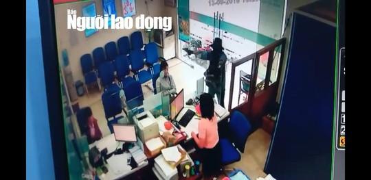 NÓNG: Đang truy bắt tên cướp ngân hàng ở Tiền Giang - Ảnh 2.