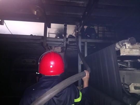 TP HCM: Nhà kho của công ty hóa chất cháy gần 1 giờ đồng hồ - Ảnh 2.