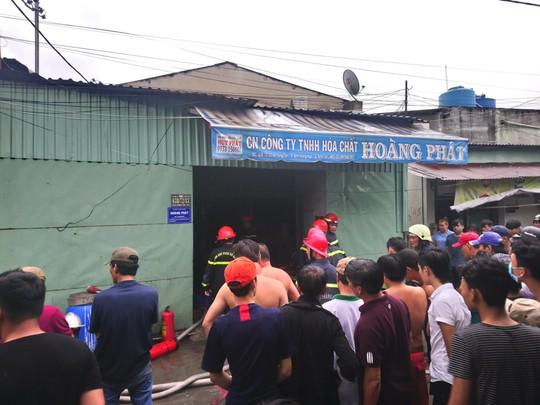 TP HCM: Nhà kho của công ty hóa chất cháy gần 1 giờ đồng hồ - Ảnh 3.