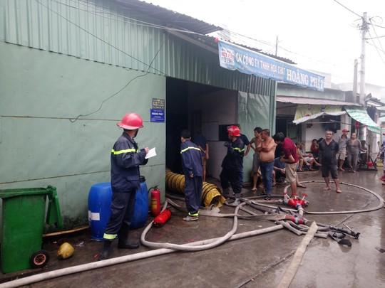TP HCM: Nhà kho của công ty hóa chất cháy gần 1 giờ đồng hồ - Ảnh 4.
