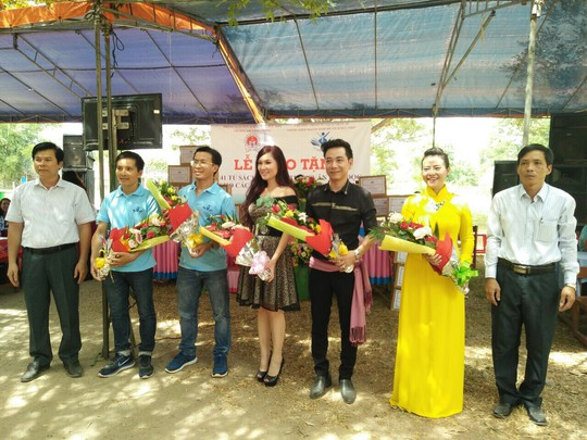 Trao tang 101 tu sach cho hoc sinh tai Quang Ngai