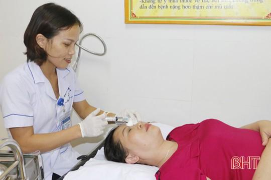 Gội đầu bằng hạt na, 5 bệnh nhân bị bỏng giác mạc - Ảnh 1.