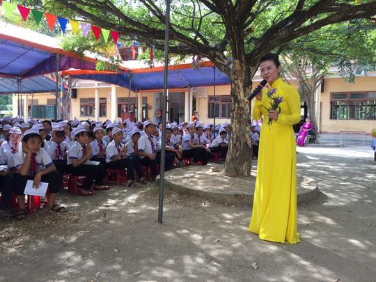 Trao tặng 101 tủ sách cho học sinh tại Quảng Ngãi - Ảnh 3.