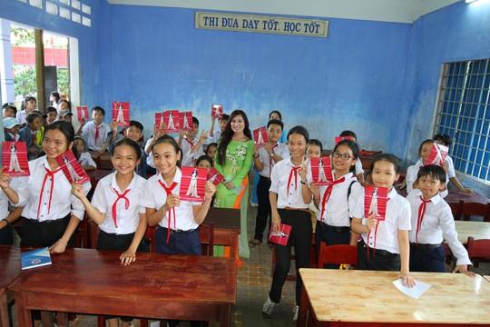 Trao tặng 101 tủ sách cho học sinh tại Quảng Ngãi - Ảnh 4.