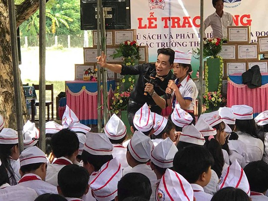 Trao tặng 101 tủ sách cho học sinh tại Quảng Ngãi - Ảnh 5.