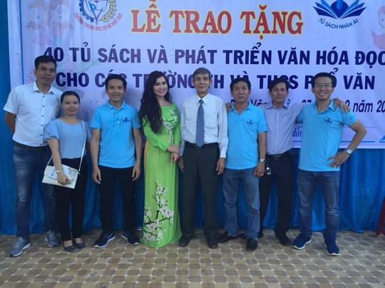 Trao tặng 101 tủ sách cho học sinh tại Quảng Ngãi - Ảnh 6.