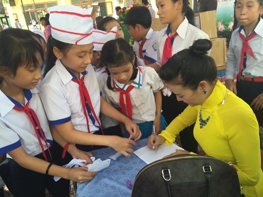 Trao tặng 101 tủ sách cho học sinh tại Quảng Ngãi - Ảnh 7.