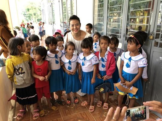 Trao tặng 101 tủ sách cho học sinh tại Quảng Ngãi - Ảnh 9.